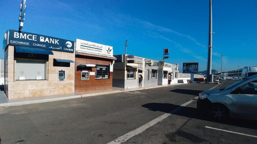 Parkplatz am Hafen mit Geldautomaten
