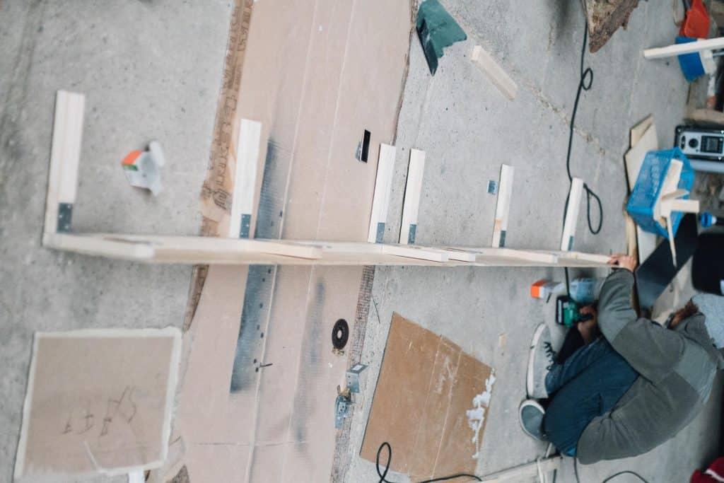 Hängeschrank Bauanleitung Konstruktion mit kantholz am boden