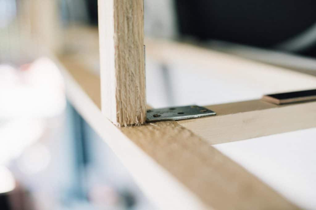 Montage wohnmobil Haengeschrank außen mit Metallwinkel
