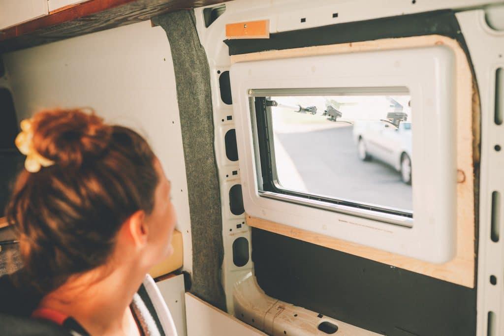 Verbautes Carbest Wohnmobil Fenster mit Insektenschutz