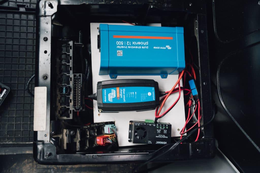 Elektrik unter dem VW T5 Fahrersitz
