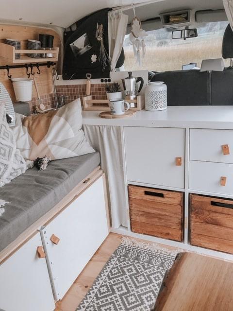 VW T5 Camper Küche IKEA Regal Teppich gemütlich