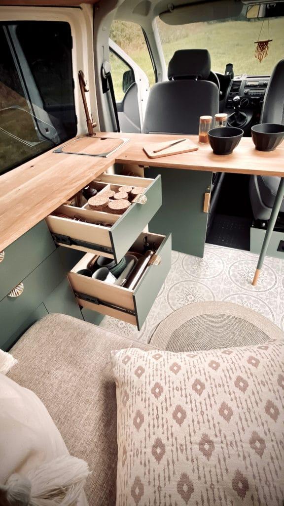 Camper Küche mit schönen Fronten, Schubladen und Tisch